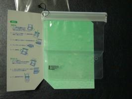 パッケージは二つ折りの厚紙で挟んであるだけ。ちょう手抜き